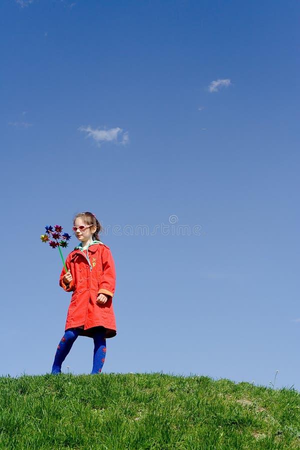 Cielo del giocattolo della ragazza della collina immagine stock