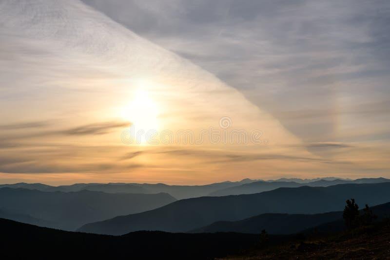 Cielo del halo de las montañas del sol de la salida del sol fotos de archivo