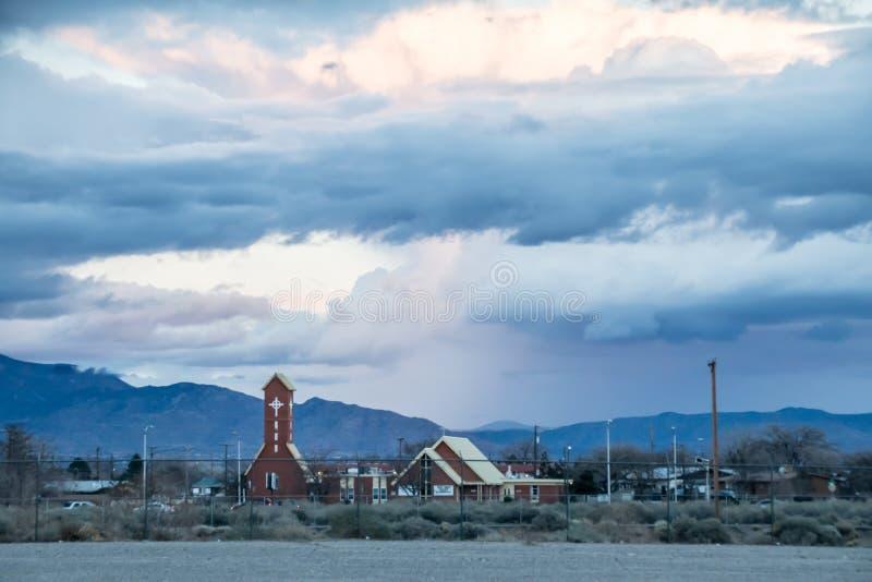 Cielo del New Mexico che accenta una piccoli chiesa e villaggio immagini stock libere da diritti