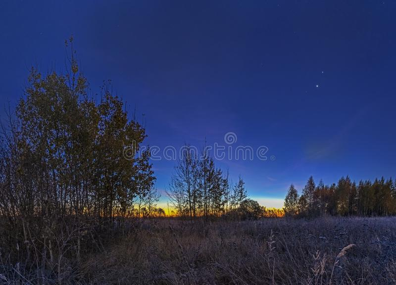 cielo del Pre-amanecer sobre un pantano de sequía fotografía de archivo