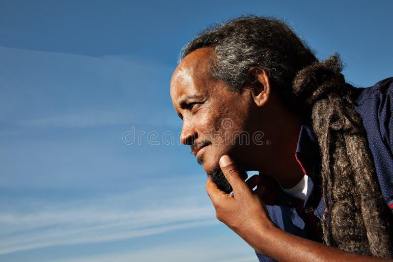 Cielo del retrato del negro del hombre de Rasta imagen de archivo libre de regalías