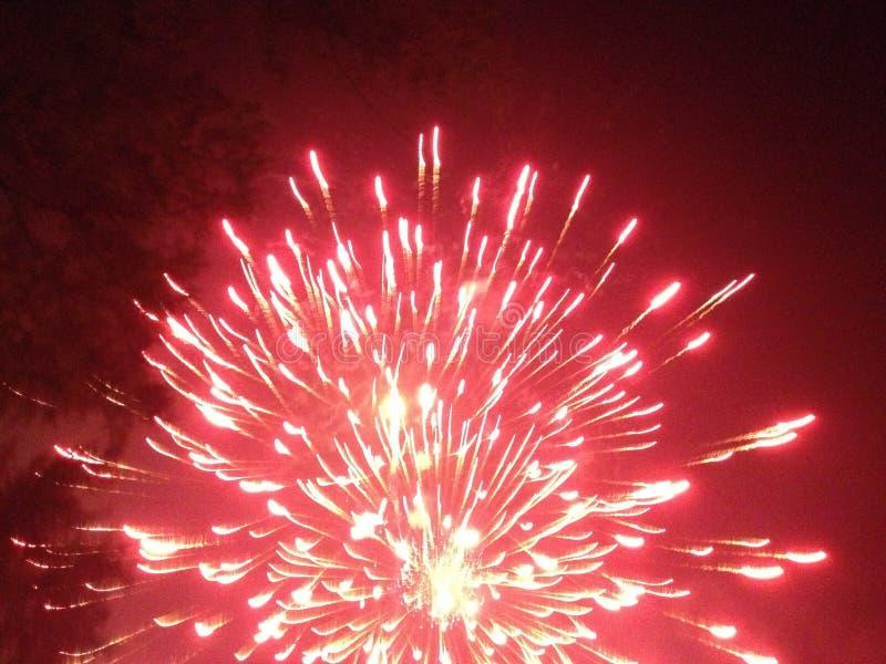 Cielo del rojo de los fuegos artificiales imagen de archivo