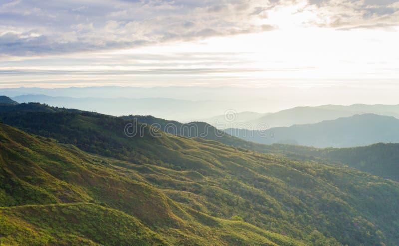 Cielo della collina di Wave e della nuvola di alba al viaggio di Phayao Tailandia del parco nazionale di Phu Langka immagine stock