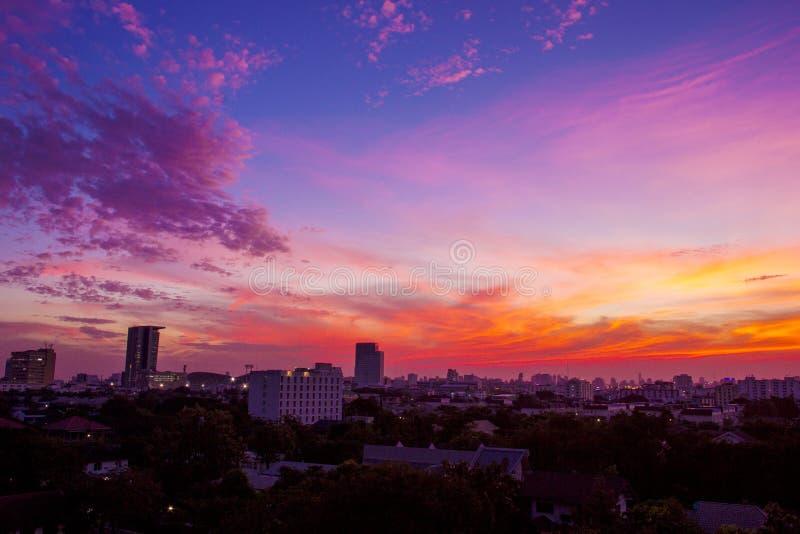 Cielo della nuvola di crepuscolo sopra la città urbana fotografie stock