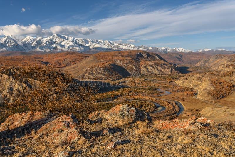 Cielo della strada di autunno del fiume delle montagne fotografie stock