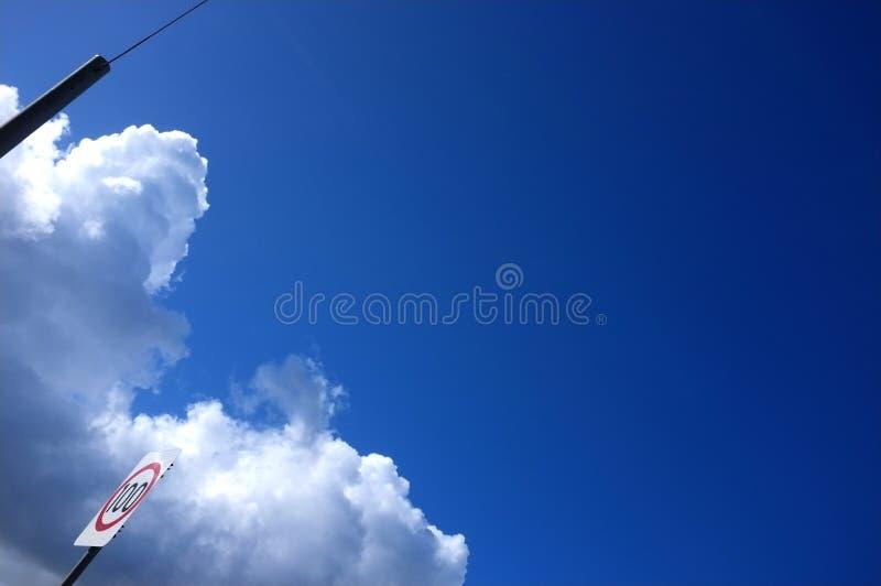 Cielo della strada sotto chiaro cielo blu immagini stock libere da diritti