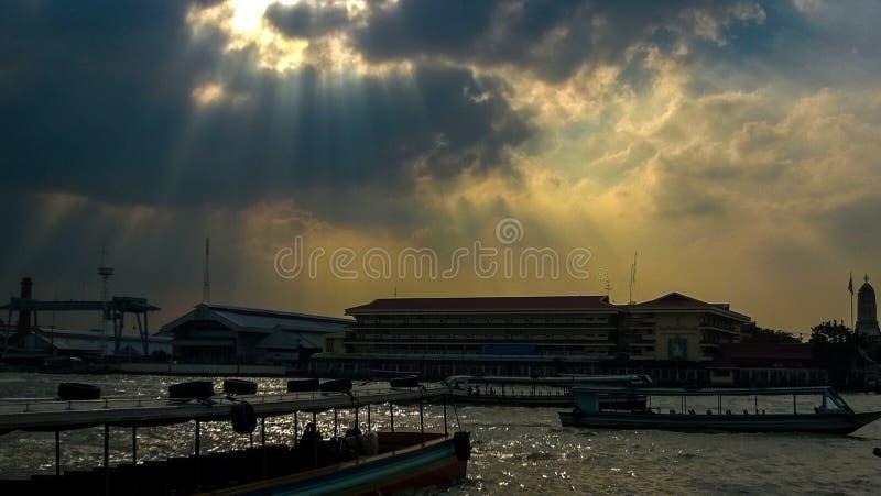 Cielo después de la lluvia en Chao Phraya River foto de archivo libre de regalías