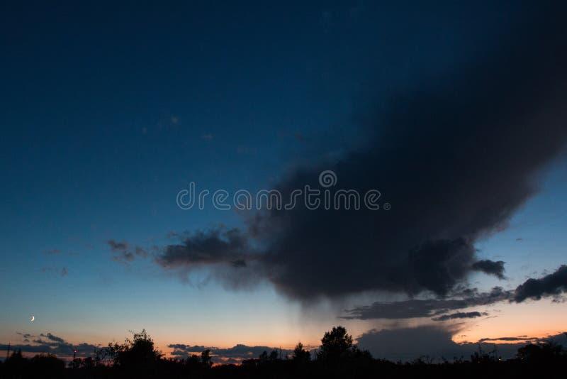 cielo después de la puesta del sol con las nubes imagenes de archivo