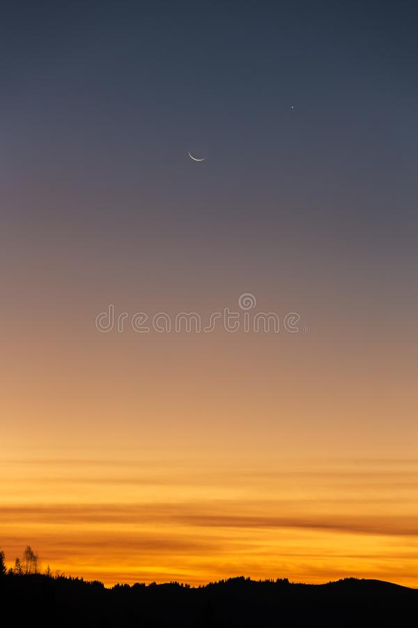 Cielo di alba con una luna e le stelle fotografie stock libere da diritti