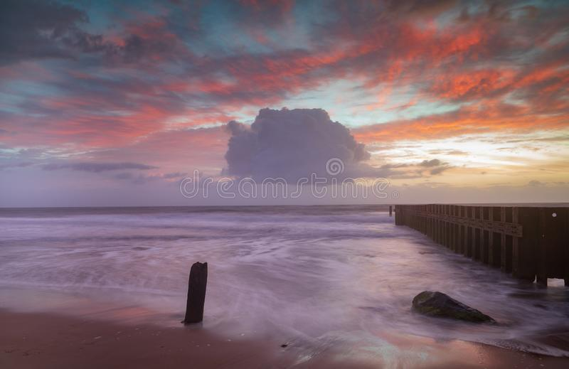 Cielo di alba del fondo di vista sul mare di NC sopra l'oceano a bassa marea fotografie stock libere da diritti