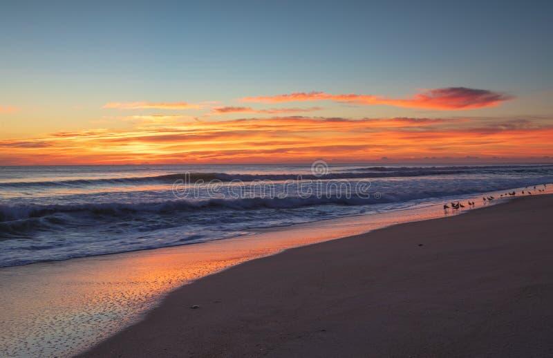 Cielo di alba di NC sopra le banche esterne dell'oceano fotografie stock