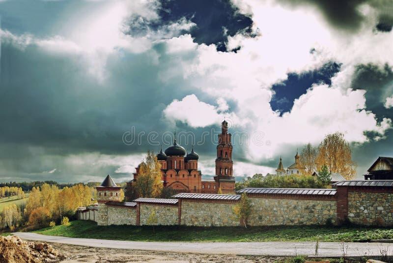 Cielo di contrapposizione luminoso sopra il monastero ortodosso in autunno immagine stock libera da diritti