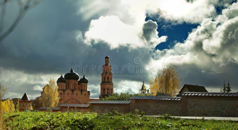 Cielo di contrapposizione luminoso sopra il monastero ortodosso in autunno immagini stock