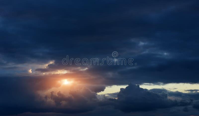 Cielo di Dramaric con la luce del sole fotografia stock