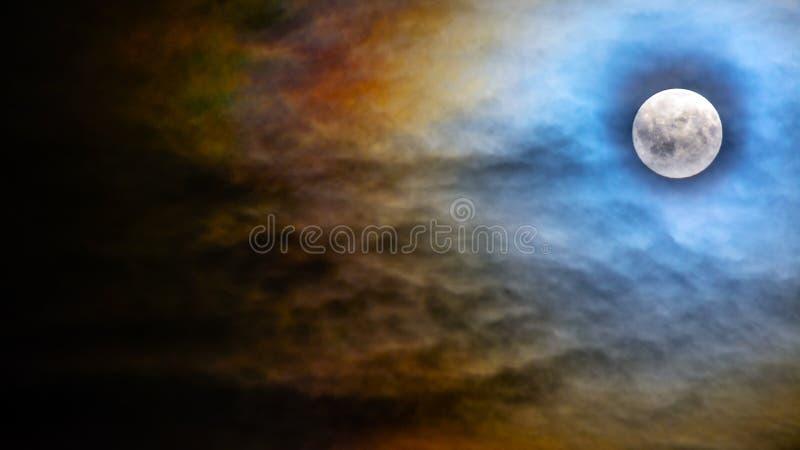 Cielo di mezzanotte terrificante di Halloween con il fondo della luna piena fotografia stock libera da diritti