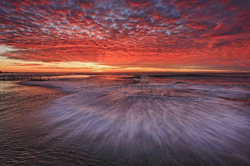 Cielo di Mona Vale Flat Wave Red del mare fotografie stock