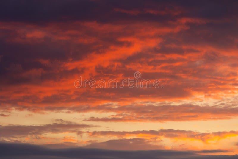 Cielo di panorama e cumulonembo nei colori luminosi e cielo liscio variopinto nel tramonto fotografie stock