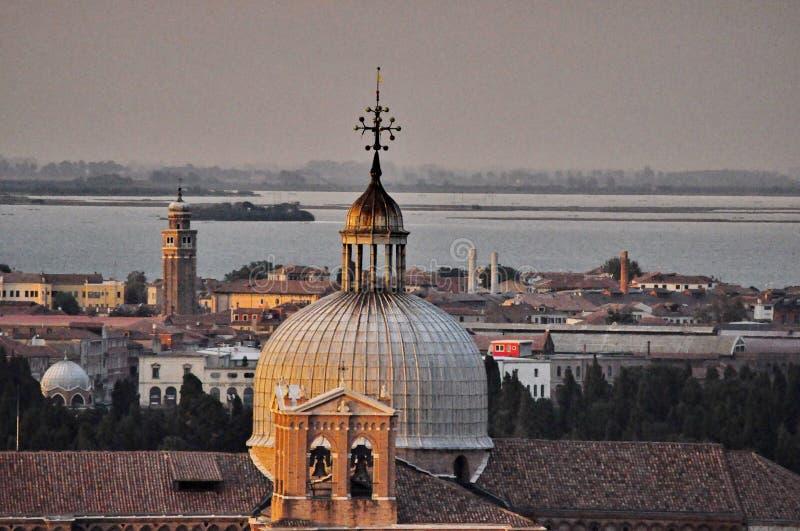 Cielo di prima serata sopra la cupola di Venezia immagini stock
