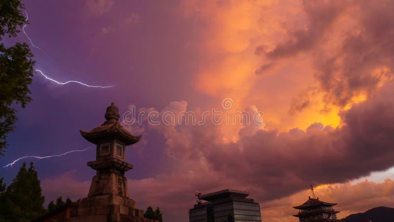 Cielo di rosso fuoco con fulmine fotografia stock