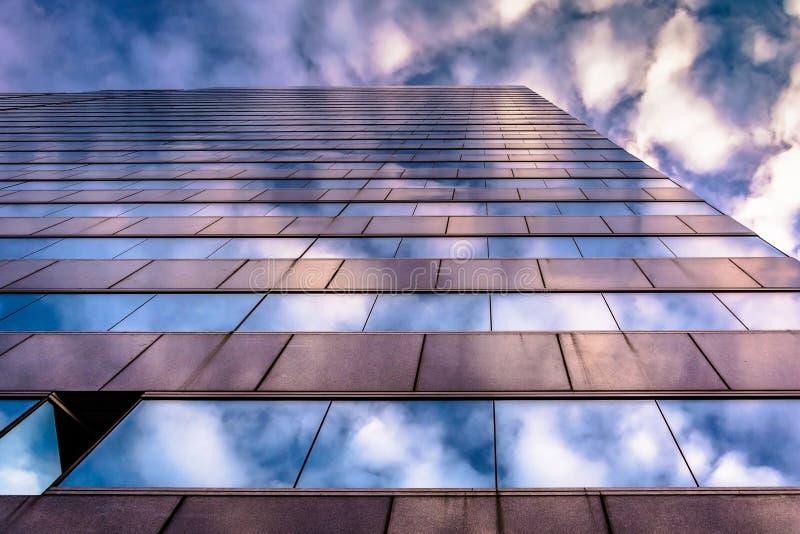 Cielo di sera che riflette nell'architettura di vetro moderna a 250 ad ovest fotografia stock libera da diritti