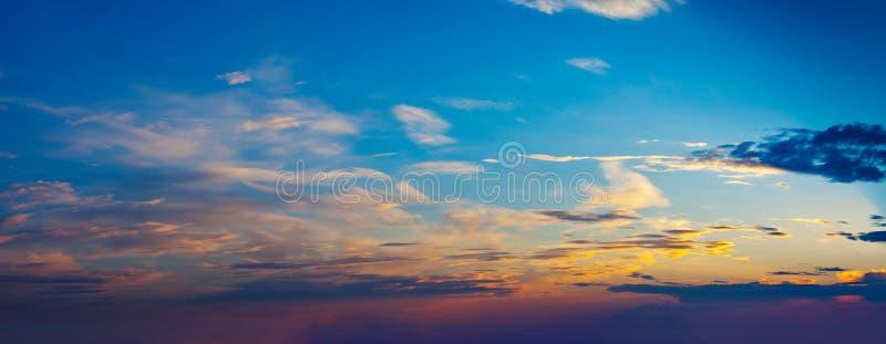 Download Cielo Di Sera Con Le Nuvole Fotografia Stock - Immagine di scena, alba: 56888616