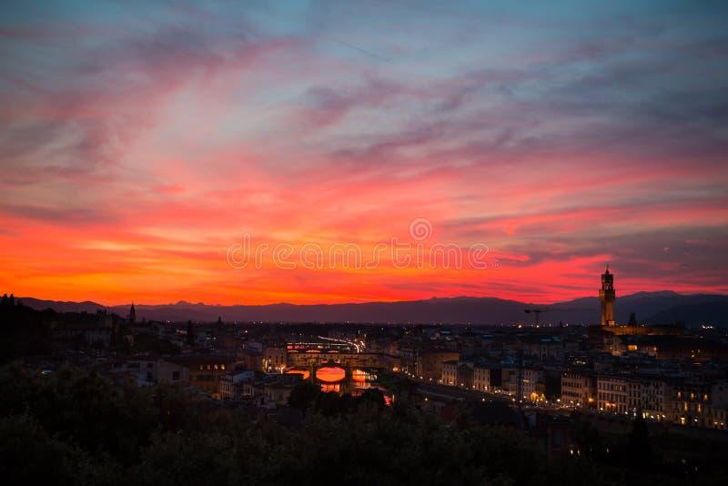 Cielo di stupore e vista aerea di Firenze al tramonto con il Ponte Vecchio ed il fiume di Arno La Toscana, Italia fotografia stock