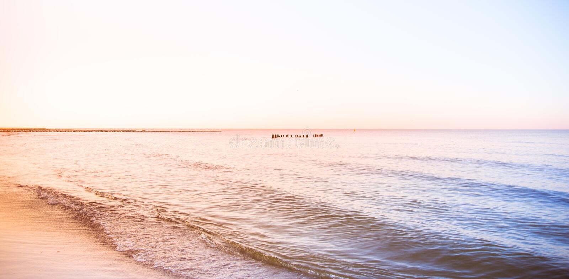 Cielo di tramonto dell'oceano - cielo crepuscolare di panorama splendido e fondo pacifico dell'acqua fotografie stock libere da diritti