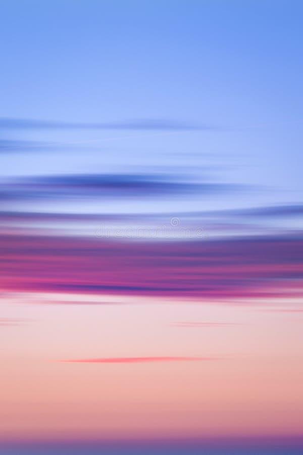 Cielo di tramonto dell'oceano - cielo crepuscolare di panorama splendido e fondo pacifico dell'acqua fotografia stock