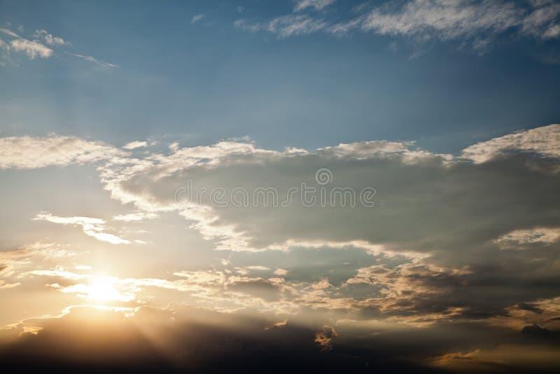 Cielo di tramonto di Dramatics con le nubi fotografie stock libere da diritti