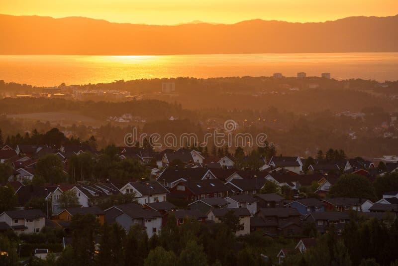 Cielo di tramonto e città distante Ranheim in Norvegia Vista distante del mare fotografia stock