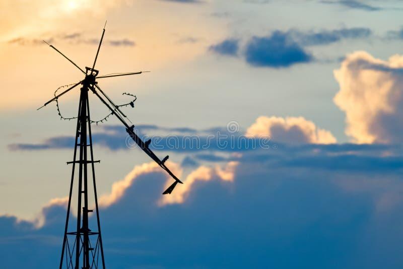 Cielo dilapidado del molino de viento fotos de archivo libres de regalías