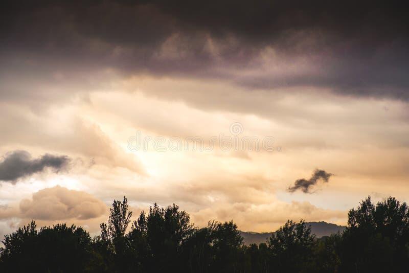Cielo dopo la notte di buio del raggio di sole del fondo della tempesta fotografie stock