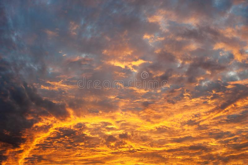 Cielo dramático anaranjado y azul colorido fotografía de archivo libre de regalías
