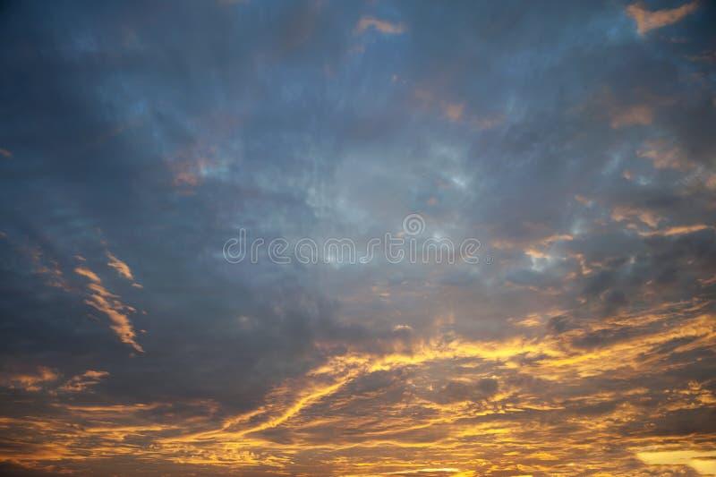 Cielo dramático anaranjado y azul colorido imagen de archivo