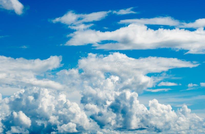 Cielo dramático colorido con la nube en la puesta del sol fotos de archivo libres de regalías