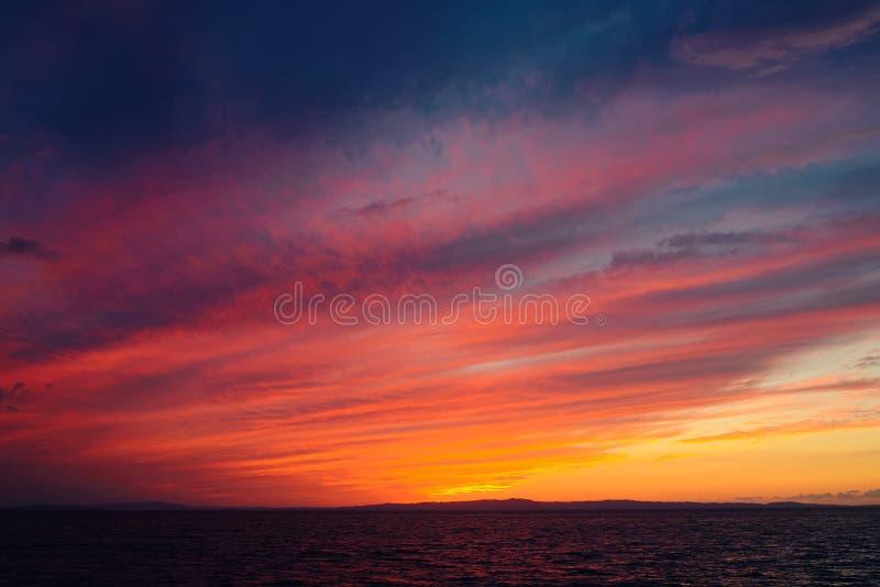 Cielo dramático colorido después de la puesta del sol imagen de archivo libre de regalías