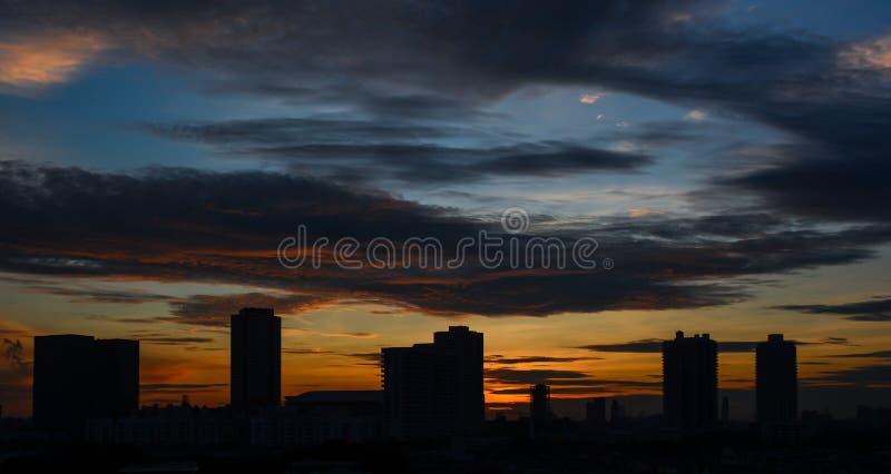 Cielo dramático colorido hermoso de la puesta del sol sobre silueta foto de archivo libre de regalías