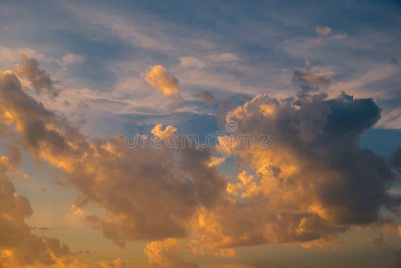 Cielo dramático con las nubes tempestuosas en la puesta del sol imagen de archivo