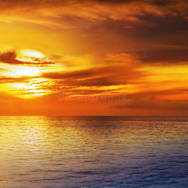 Cielo dramático de la puesta del sol con las nubes imagen de archivo