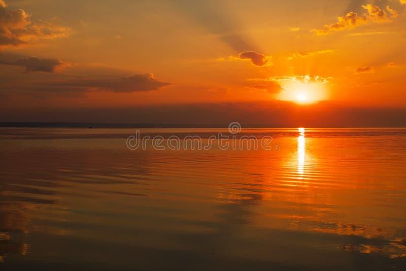 Cielo dramático de la puesta del sol con las nubes sobre el lago imágenes de archivo libres de regalías