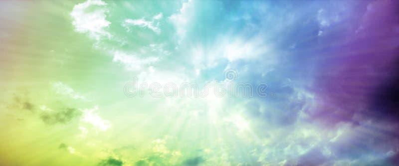 Cielo dramático de la puesta del sol con las nubes teñidas imagen de archivo libre de regalías