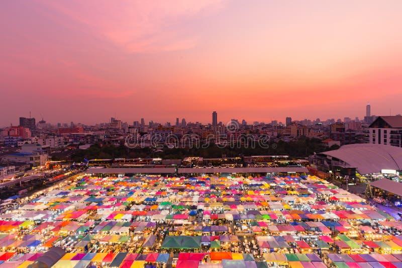 Cielo dramático de la puesta del sol sobre mercado de pulgas de la noche imagenes de archivo