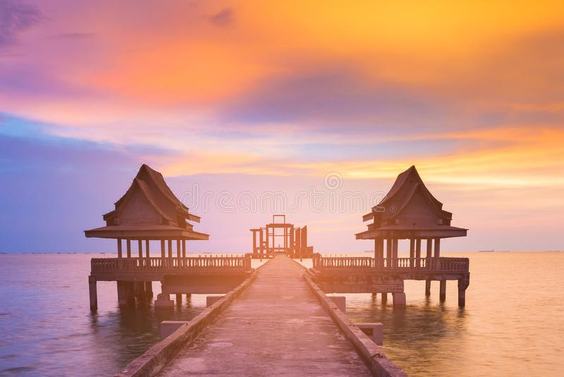 Cielo dramático de la puesta del sol sobre la trayectoria que camina en horizonte de la costa foto de archivo