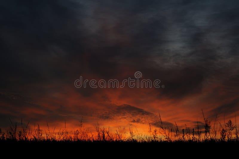 Cielo dramático de la salida del sol en el solsticio en Rusia foto de archivo