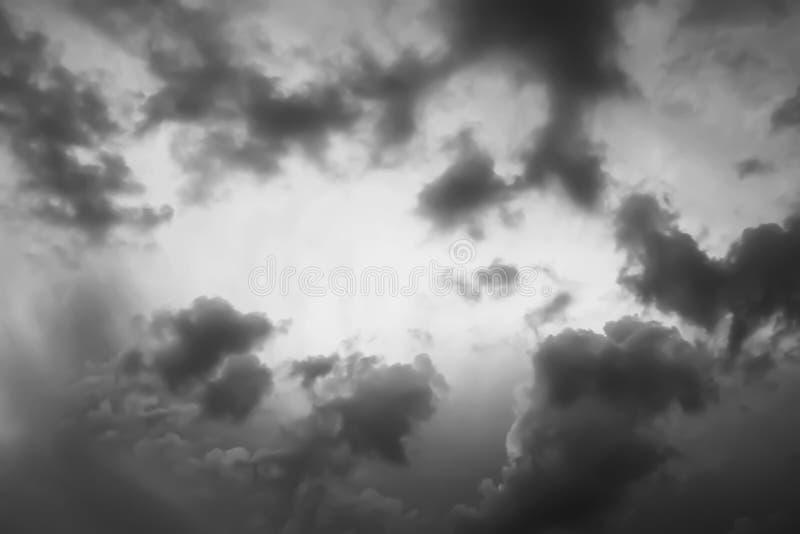 Cielo dramático de la tarde y la formación de las nubes de tormenta imágenes de archivo libres de regalías