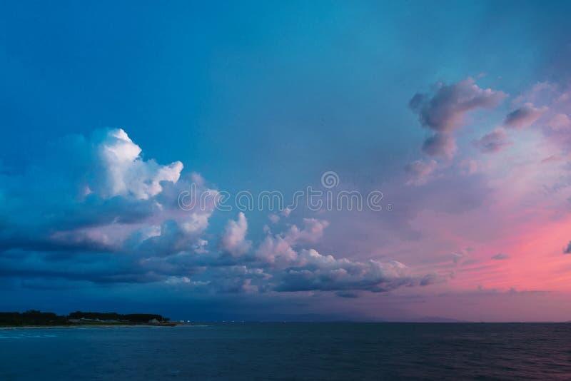 Cielo dramático después de la puesta del sol imagen de archivo