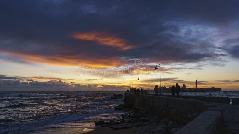 Cielo dramático en la calzada Cádiz España imagenes de archivo