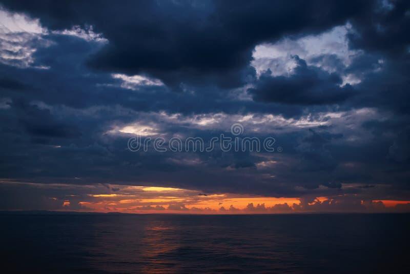 Cielo dramático en puesta del sol imagen de archivo