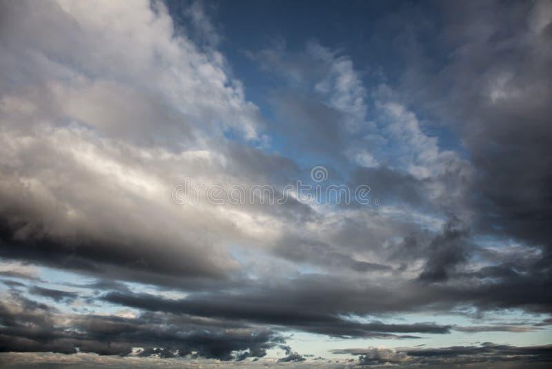 Cielo dramático - fondo de las nubes de tormenta imagenes de archivo