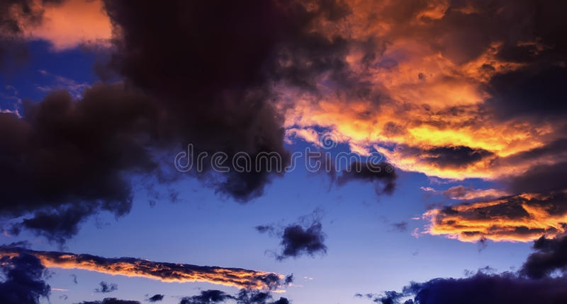 Cielo dramático hermoso fotos de archivo